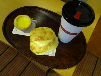 帰国日の朝食はバター付きのパイナップルパン、エッグタルト、コーヒーでした。