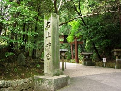 駅前から奈良交通の針インター行きのバスに乗って、石上神宮へ。奈良を代表する神社の1つなのですが、バスは1日3~4本しか通っていません。