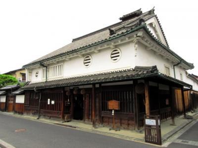 今井町には重要文化財に指定された町家が多く残っています。河合家はその1つで、江戸時代にこの地へ移住し、上品寺屋という屋号で酒造を営んでいます。