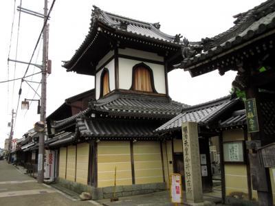 今井町はこの称念寺の境内地として発達した寺内町であり、散策には欠かせないスポット。本堂は江戸時代初期に再建された浄土真宗の建物ですが、このときは修復中でした。