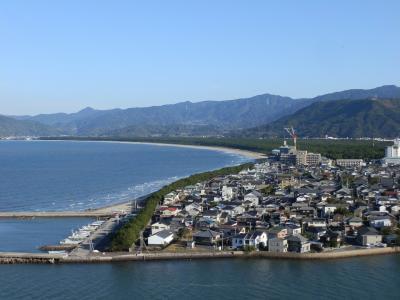 虹の松原(にじのまつばら)は唐津湾の中央部に面した砂浜、長さ約4.5km、幅約0.5kmにわたり、約100万本のクロマツが群生しています。<br /><br /> 虹の松原は、国の特別名勝で、三保の松原、気比の松原と共に日本三大松原のひとつに数えられる景勝地です。