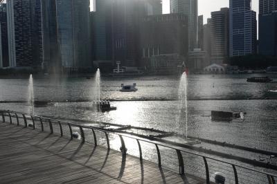 マリーナベイ側から湾を挟んで街の様子 カメラのレンズが汚れるのから噴水やめて〜