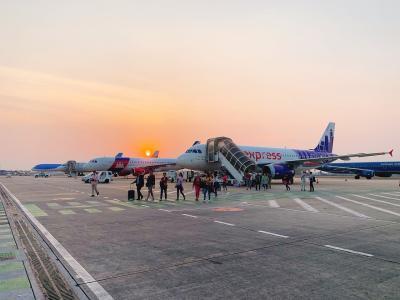 時間通りにシェムリアップ空港に到着。<br />とてもコンパクトな空港でタラップを使って機体から降ります。<br />飛行機から降りるときれいな夕日が^^