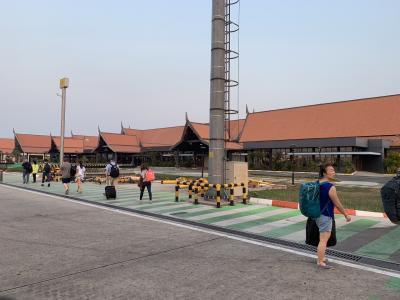 入国ゲートまで歩きます。<br />次々と飛行機が着陸していました。<br />旧正月の時期だったので多くが中国からの旅行者のようでした。