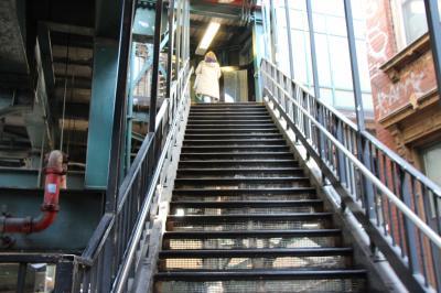 Manhattanを出ると、高架に駅があることが多い、この駅も例外でなく道路の上にある。<br />近年はエレベーターが完備されつつあるが、まだまだ自分の脚に頼るしかない駅が、<br />たくさんある。
