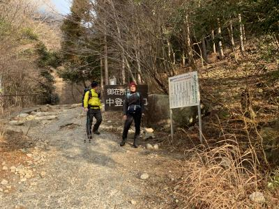 鈴鹿山系の御在所岳へ。<br />鈴鹿スカイライン駐車場から少し登ったところに中道の登山口があります。<br />入り口に登山届のボックスがあるので必ず登山届に登山計画を記入し入山しましょう。