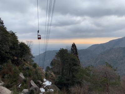 20分も登ると体が温まってきます。ロープウエーが動き出しましたが一般客の搭乗は朝9時からです。よく見ると山頂で働くレストラン従業員やスキー場の従業員が乗っているようです。手を振ってくれます。