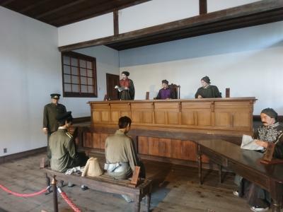 昔は検事の場所は裁判官と並んでいたらしい。(写真上段左端が検事)<br />検事と裁判官の服を見た時に閻魔大王様の服みたいだなと思ってしまった…<br /><br />このお方は一体どんな罪を起こしたのだろうか。