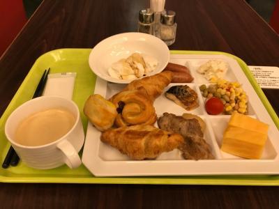 皆さんおはようございます。まずはホテルの朝食をいただきましょう。<br />別途朝食をつけると1700~2000円するようです。僕はエクスペディアの朝食付きプランにしました。約9500円<br />バイキング式で地元の沖縄そばや豆腐等もありますが、定番のウィンナーや厚焼き玉子もあります。サラダやフルーツの取り揃えもGoodですね!<br />パンもおいしかったです。<br /><br />外は土砂降りです。予報も一日雨
