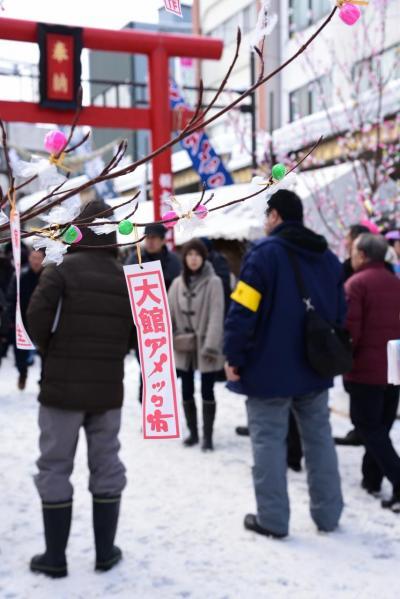 大館アメッコ市は400年以上続く、秋田県大館市の伝統行事で、<br />商店街のハチ公通りに、飴屋さんを初め、多くの出店が立ち並びます。<br />写真は、商店街にたくさん飾られているみずきの枝にくくりつけられた伝統的な飴。<br />「アメッコ市の飴を食べると風邪をひかない」との縁起物なんだとか。