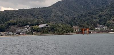JR西日本のフェリーで宮島へ向かいます。船から見える大鳥居にすでに感動。船中は外国人の客も多くみな一斉にカメラを向けていました。
