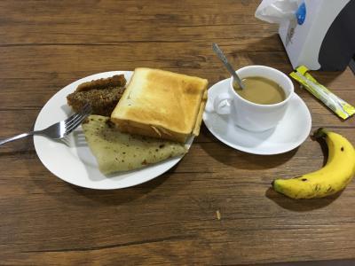 おはようございます。<br />2019年1月3日。ミャンマー最終日です。<br />あっという間のミャンマー周遊2週間。結構じっくり回った方ではないか、と思う。<br /><br />お世話になったヤンゴンの宿で朝食。<br /><br />新しく登場したのは、ベイモッと言うパンケーキ。<br />ナッツ入りだったが、そんな自味がないので、バナナをくるんで食べた。
