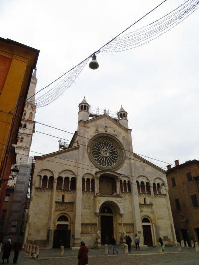 モデナ大聖堂<br />Duomo di Modena<br />旧市街は小さい街なので、大聖堂の廻りを何回もうろうろ徘徊