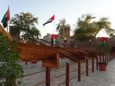 地区の入り口には人目をひくアブラ船が展示されています。<br />狭い区域なのであっという間に廻れますが、夕暮れにも関わらず観光客が多かったです。<br />