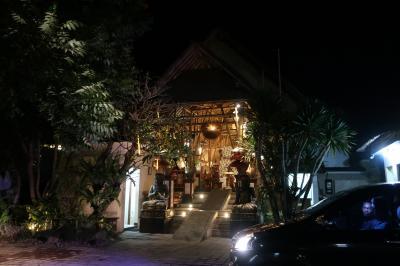 去年に引き続き、バリ島での移動手段として<br />スダナさんに、カーチャーターを<br />お願いしました。<br />空港に迎えに来てくれて、ホテルへチェンクイン<br />する前に、連れて行ってもらったレストラン。