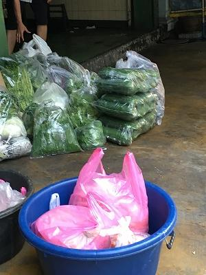 イサーン・ロムエンとは別のイサーン料理のお店には、既にこの時間大量の野菜が配達されている。
