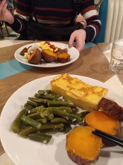 朝はまずホテルの朝食バイキングをいただきました。<br />この卵をからめた焼いた食パン?が個人的に好きでいっぱい食べました!<br />毎日ちょっとずつメニューも変わってました!<br />メニューは少なかったですが、おいしくて満足できました!
