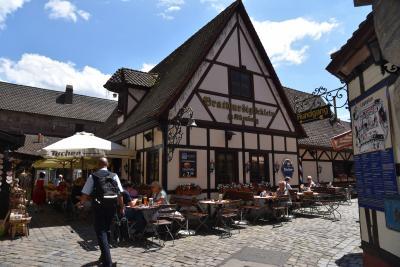 14:08<br />ニュルンベルク駅近くの職人広場 (Handwerkerhof)にあるBratwurstgloockleinで遅い昼食。