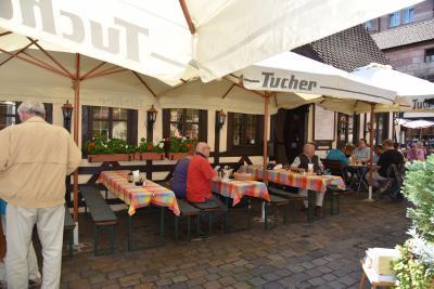 14:09<br />店内<br />ドイツではミュンヘンの白ソ-セ-ジのミュンヒナ-、フランクフルトの大きめで茹でたフランクフルタ-、大きめの焼いたソ-セ-ジは旧東ドイツ地域のチューリンガー、ニュルンベルクでは小振りの焼ソ-セ-ジのニュルンベルカ-がある。<br />この食堂では当然小振りの焼いた地元名産のニュルンベルカ-Bratwurstを注文、焼いた肉は味が凝縮されて美味しい。