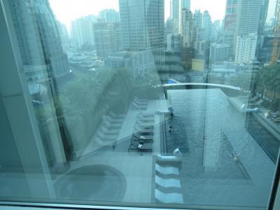 昨日は夜遅くの到着だったため、外の様子がわかりませんでしたが、プールビューで見晴らしがいいです。