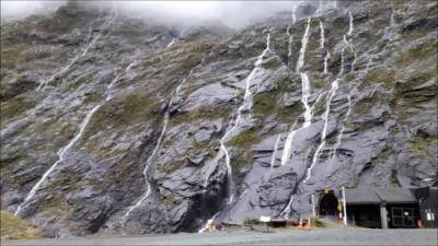 ミルフォードサウンドへの道のりは雨が降るとたくさんの滝が切り立った岩壁に現れます。それが車で通る国道沿いに間近に見られます。<br /><br />この滝は雨が降っているときにしか現れない一時的な滝です。雨が止めば直ぐに消えてなくなります。晴れている日には岩壁だけしか見上げることが出来ないため、やはり雨の日にその岩壁に何本もの大きな滝を道都際で見上げることができるのはこのミルフォードサウンドへの道のりだけでしょう。