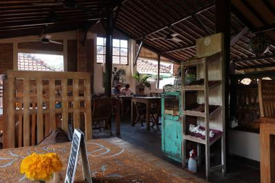 さて、コマネカから意気揚々と出発し<br />ウブドの街をぶらぶら…<br /><br />お疲れモードで入ったのは、「Bali Buda」さん。<br />オーガニック系のカフェと聞いて、入ってみました。<br /><br />こちらは、店内の2階です。<br />いい感じですね。<br />