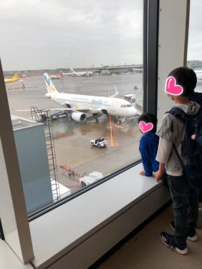 今回はじめてLCCを利用しました。<br />いつもと違う雰囲気に子供たちも??<br />成田空港第3ターミナルはかなりコンパクトな感じなんですね。