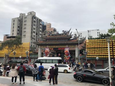 シーザーメトロ台北から歩いてすぐに龍山寺があります。この提灯と張りぼてのお人形、夜はピカピカに光ります。