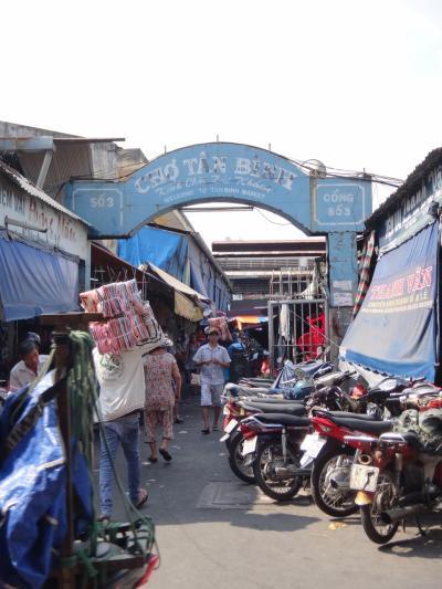 1区からは少し離れたTan Binh市場へ。チョロンのBinh Tay市場ではありませんヨ。日本から来た友人と一緒です。