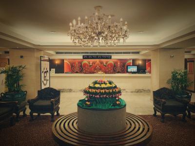 バンコクセンターホテルロビー<br />ロイ・クラトンの花飾りがあった。