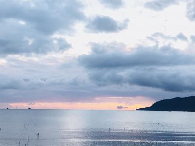 ケアンズ到着!<br />朝6:30のエスプラネード通りから見える海です。<br />だんだんと日が昇り空が明るくなっていき、光が写り込んだ海の透明度が強調されていきました!<br />この時間でもすでにランニング・ウォーキング・ヨガなどを楽しむ方々が沢山いました。ケアンズの朝は早いっっ!!!