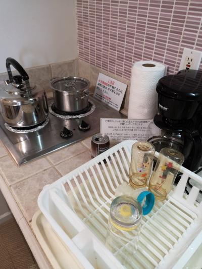 ディスカバリータワーのコンドミニアム、キッチンはこんな感じ。コーヒーメーカーは使用しませんでしたが、やかんはお湯沸かすのに使いまくり。鍋も1度使いました。電気コンロです。<br />