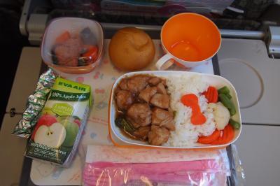機内食です。キティちゃんモチーフが可愛い