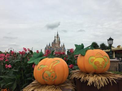 ちょうどハロウィン時期だったので、装飾もかわいい~<br />上海はダッフィー推し<br />小さく見えるけどお城相当でかい