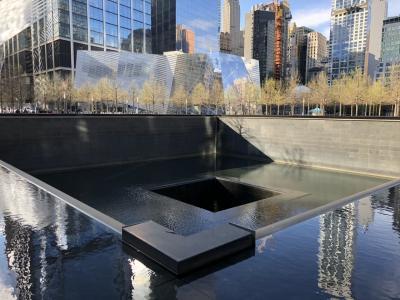 2001年9月11日。<br /><br />ワールドトレードセンターのノース棟とサウス棟を狙った同時多発テロ。<br />日本人を含めたくさんの方が亡くなりました。<br />日本でも中継されていましたが、あの時の衝撃は今でも忘れられません。<br /><br />今は跡地にこのサウスプール、ノースプールがあり、亡くなった方の名前が刻まれています。<br /><br />付近を歩いてみて思いましたが…本当にオフィス街のど真ん中なんですよね。そこに飛行機が突っ込んでくるなんて誰も思いもよらないですよね。