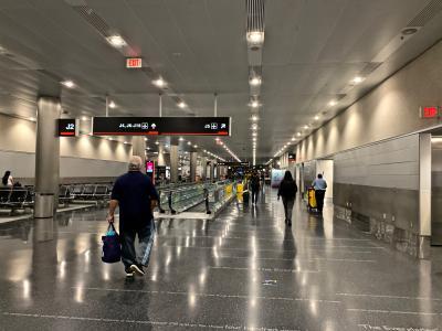 いよいよ待ちに待ったペルー旅行♪<br /><br />まずは、マイアミからリマまで LA2461便 01:00発 ー 06:45着<br />ペルーとの時差は無いので、5時間45分のフライトです。<br />昼間の便は満席で、深夜便しか取れませんでした。<br /><br />初めての24時間空港体験<br />お店も閉まっているし、閑散としています。<br /><br />