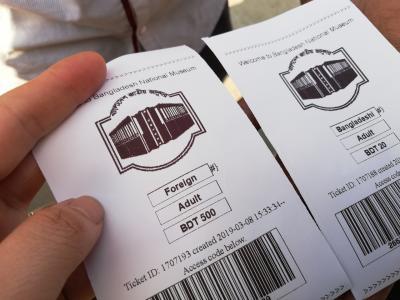 国立博物館にやってきました。<br />外国人は見かけなかったかな、みなバングラデシュの方だと思う。<br />私も現地のお洋服来てるから、紛れこめるかな?なんて無理ですね。<br />外国人価格で高いです。<br /><br />セキュリティは厳しくて荷物預けます。<br />パスポートと携帯は持って入れました。