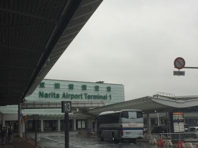 成田空港到着しました~<br /><br />今日に限って、冬が戻ってきた寒さ<br />(//∇//) ただ今、7℃。<br /><br />4月なのに、ウルトラダウン着てます。<br /><br />以前11月にハワイに行く時、54年ぶりの大雪で大変でした。<br /><br />お天気ついてないなぁ~
