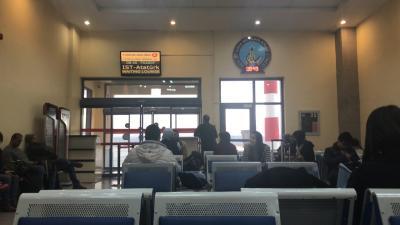 お世話になったケマルズゲストハウスの皆さんに別れを告げて、ネヴィシェヒルの空港へ。<br />ゲートのところで日本人をたくさん発見!!<br /><br />阪急トラベルの団体ツアー客の皆さんらしい。<br />椅子の近くに座ってた日本人の人に話しかける。<br />外国に来るとなぜか生まれる日本人の仲間意識笑<br />自然に話しかけやすくなる。<br />環境がそうさせてくれたるんだなぁ、、。それに感謝( ^ω^ )<br /><br />どうやらご夫婦で来られてる方とかおじいちゃんと孫2人と来てる方とかいらっしゃった。<br />おじいちゃんが連れて行ってくれるなんて<br />なんてラッキーなんだ!羨ましい( ^ω^ )