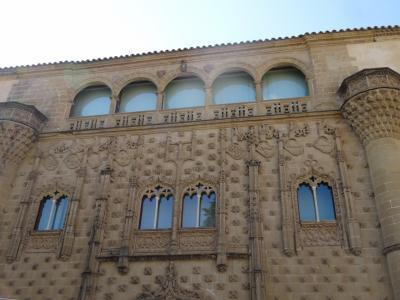 """バエサは、ウベダの双子の妹ともいわれる、ルネッサンス建築の都市<br />世界遺産にも登録されています<br /><br />観光案内書の女性は非常に親切に説明してくれました。<br />たくさん書き込みをしてくれた地図をもって、散策スタート<br /><br />写真は「ハバルキント宮殿」のファサードです<br />サラマンカの貝の家とそっくりな装飾方法<br />壁一面の装飾を見ると、この時代の後誕生する""""隙間恐怖症""""ともいわれるスペインバロックに繋がってるのかなぁなんて思ったり"""