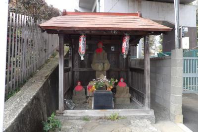 踏切横の地蔵堂。大光寺の角に当たる。