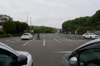 開園は8時半ですが私たちは8時に駐車場に到着です。<br />ここからぼたん園には歩いて7~8分です。<br /><br />平日は駐車料金は無料ですが、ぼたん園有料開園期間中は駐車料金は有料。ただし安い。私たちは1時間ちょっとで50円でした。<br />今まで薬師池公園の北側鎌倉街道沿いにあった第一駐車場と第二駐車場がひとつに統合されていました。<br />出入り口は今まであった第二駐車場の方です。<br />浦芝街道、鶴川駅方面から来て通り過ぎてしまったら町田リス園の方の駐車場に駐車しましょう。<br /><br />
