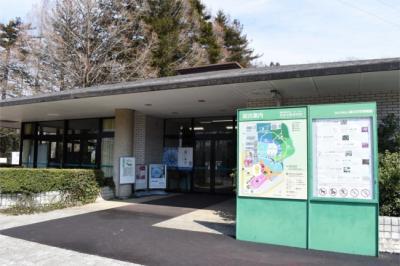 「筑波実験植物園」何度か来た事はあります。<br />でも、春先は初めて。<br />つくば市研究学園地区にある数々の国の施設のひとつです。<br />国立科学博物館の植物園で 多用な植物の収集・保全・研究がされています。<br />有料で一般に公開されています。<br />大学生以上は310円 駐車場は無料です。<br /><br />入り口に着くと「青いキク公開中」の看板が!<br />そうだ!青いキクが出来たって 新聞で読んだわ~と 思い出しました。<br />