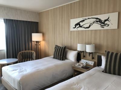 JALの成田発が10時40分と早いので成田日航ホテルに前泊しました。<br />ホテルに4時頃チェックインしました。<br />車で行ったので14日間駐車場代込みプランです。<br />ゆっくり寝れそうなお部屋です♪