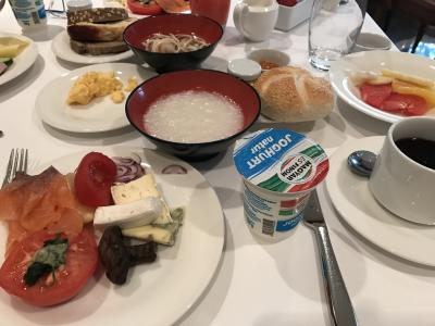 3日目♪<br />朝ごはんです。<br />焼きトマトとサーモンとマッシュルーム、チーズです。<br />日本人が多いのかお粥がありました。<br />パンが美味しくて色んな種類を半ぶっこして食べました。