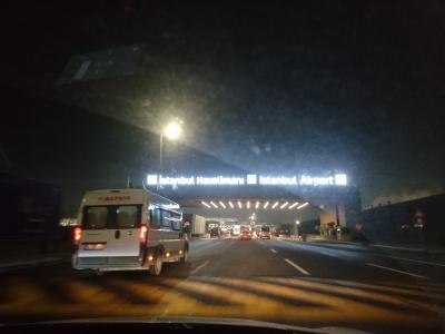 イスダブール空港のゲートをくぐります。一応ポリスも立ってるけど、特に検査もなく通過。