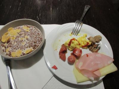 クラウンプラザホテルでツアー最初の朝食。食べ過ぎないように注意。<br />コーヒーも利尿作用があるのでなるべく控える。<br />前期高齢者はいろいろと気を使わなければならない。<br />