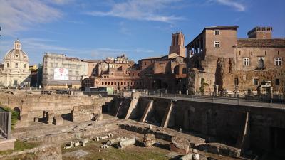 ローマ市内には遺跡がたくさんあります。<br />ここは無料で見られます。