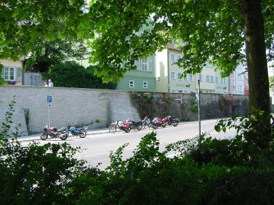 本土から橋を渡り、壁の外側の公共駐車場に車をおいて街歩きへ。