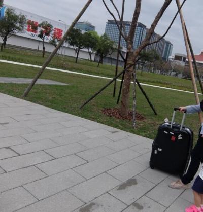 ホテルDiary Of Taipei 台北日記台北車站旗艦館に宿泊しています。ホテルのレストランで朝食を食べた後チェックアウトしました。<br /><br />桃園空港MRT<br />空港までMRTで向かいます。MRTの駅ですが、国鉄台北駅からは少し離れています(徒歩5分弱)画像の道を真っすぐ左側に行くとMRT駅、右上に見えている小豆色の屋根の建物が国鉄台北駅です。<br />利用される方はお気を付けください。<br /><br />空港行きのMRT内では無料wifiが使えました。